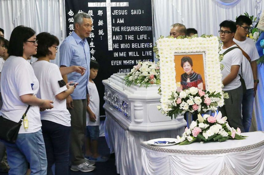 Prime Minister Lee Hsien Loong paying his respects on Sunday (Jan 22) at the funeral wake of Madam Sim Chiu Hong, a stallholder who died before she could meet him during his visit to the market in Teck Ghee where she worked.