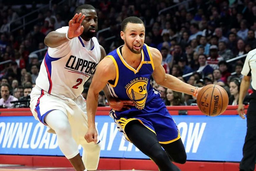 Golden State Warriors guard Stephen Curry driving against Los Angeles Clippers guard Raymond Felton in their NBA match on Feb 2, 2017.