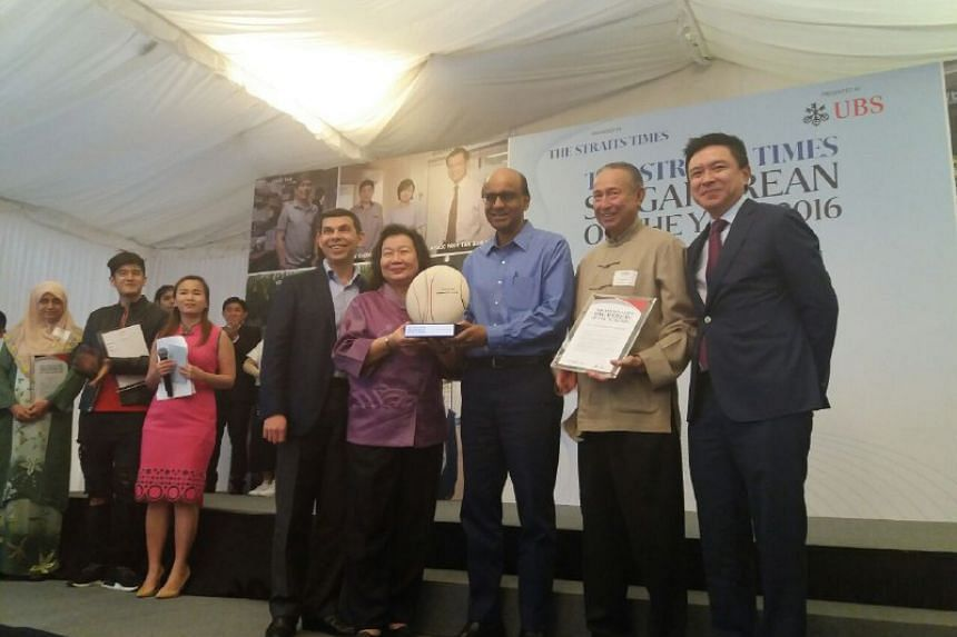 The Singaporean Of The Year award presented to the Schooling family on Feb 6, 2017. (From left) Editor-in-chief, English/Malay/Tamil Media Group and editor of The Straits Times Warren Fernandez, May Schooling, Deputy Prime Minister Tharman Shanmugara