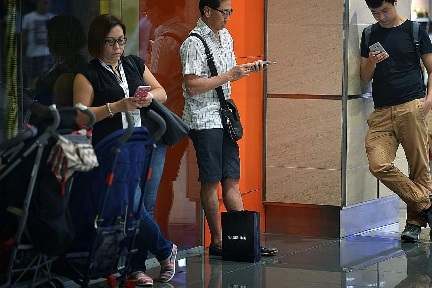 Samsung's popularity with consumers continued to grow last year, seemingly unscathed by the Note7 fallout. In Singapore, it accounted for 31 per cent of the 3.4 million smartphones shipped here last year, up from 28 per cent in 2015. Globally, it mai