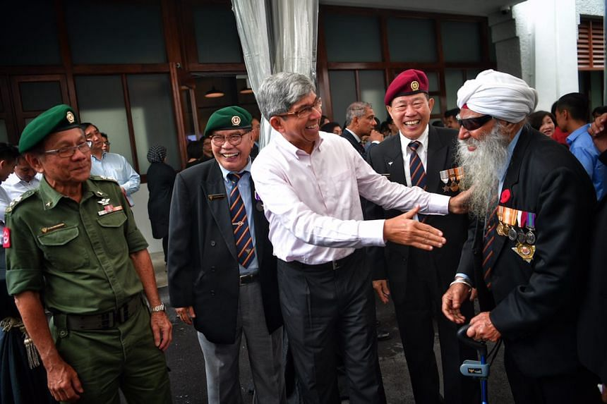 Dr Yaacob Ibrahim speaking with SAF veterans.