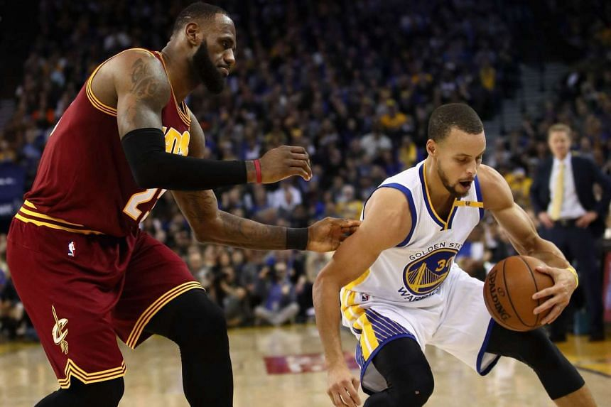 Stephen Curry #30 of the Warriors steals the ball from the Cavs' LeBron James #23 in a match on Jan 16, 2017 in Oakland, California