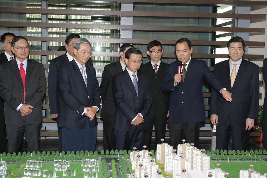 Deputy Prime Minister Wong Kan Seng (centre) and Tianjin Deputy Party Secretary He Lifeng (far right), accompanied by Keppel Corporation chairman Lee Boon Yang (second from left) and Keppel CEO Choo Chiau Beng (left) being briefed on the masterplan o