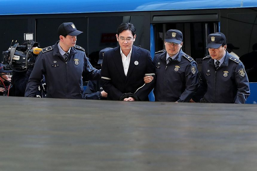 Lee Jae Yong arriving at the special prosecutor's office yesterday.