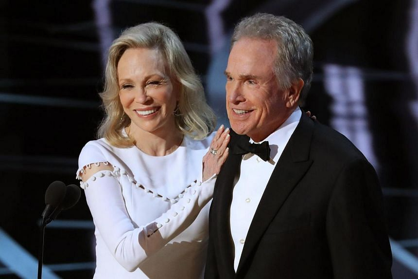 Warren Beatty and Faye Dunaway presenting for Best Picture.