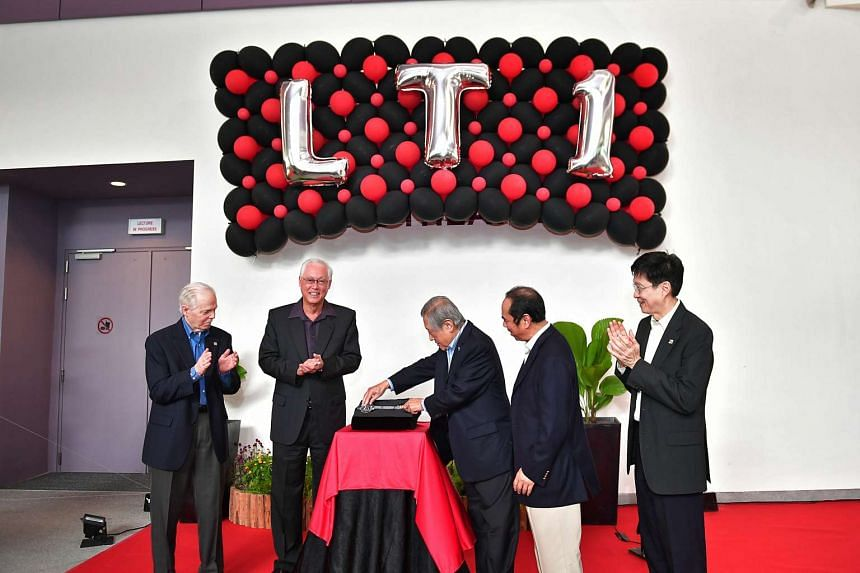 Dr Albert Hong placing the key to open the Albert Hong lecture theatre.