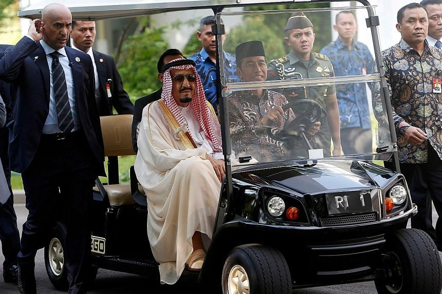 Indonesian President Joko Widodo behind the wheel of a golf cart, during the Saudi King's visit to the presidential palace.