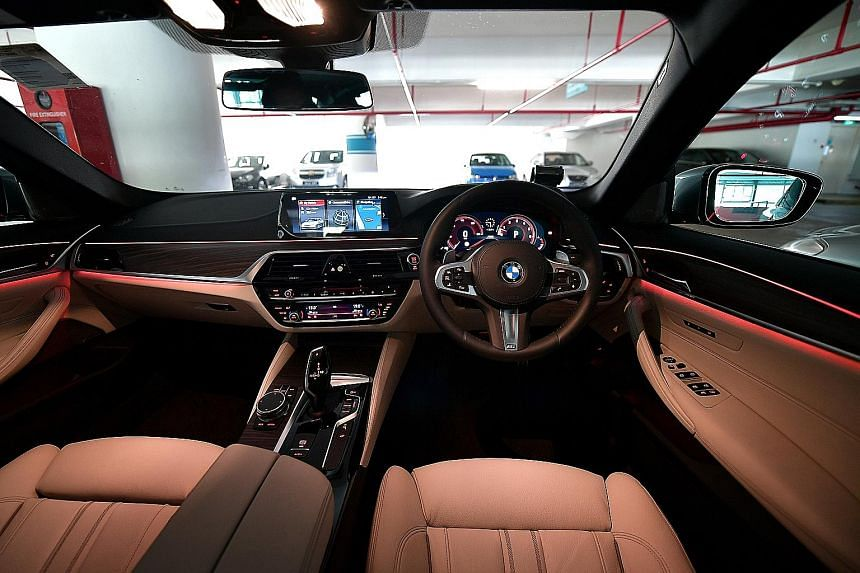 The BMW 540i has a spacious cabin, which is equipped with many gadgets, starting with a large infotainment touchscreen.