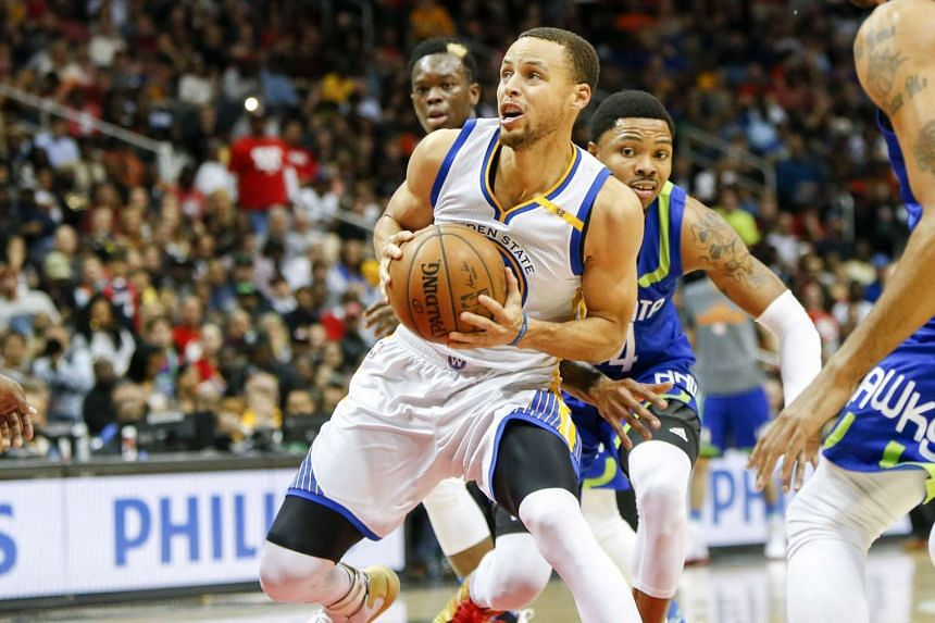 Golden State Warriors guard Stephen Curry shoots the ball against the Atlanta Hawks in the second quarter at Philips Arena on March 6 , 2017.