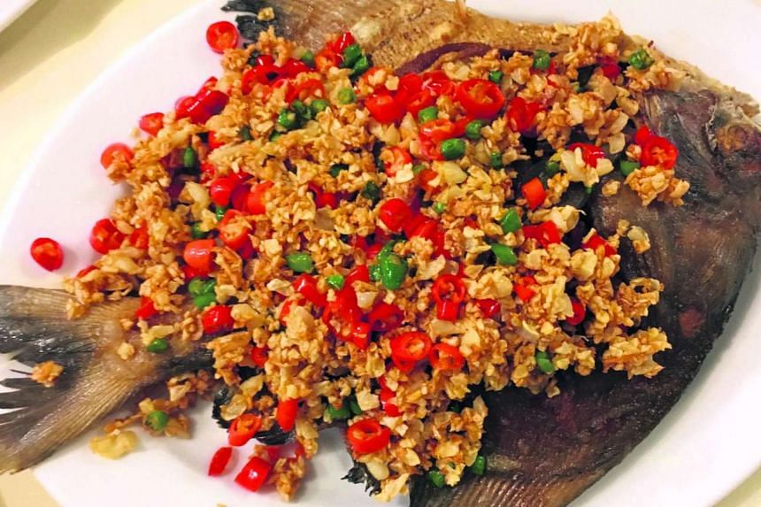 Deep fried giant pomfret with fresh chilli from Khua Kling Pad Sod.