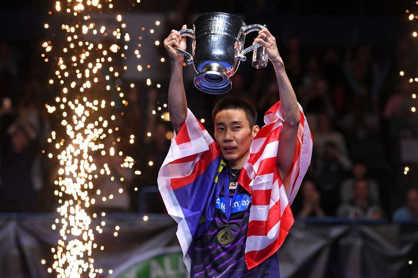 Lee Chong Wei celebrates with his trophy.