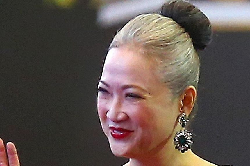 Veteran TV actress Hong Huifang had previously always dyed her hair black or wore a wig. But she proudly flaunted her natural white hair at the Star Awards 2014.