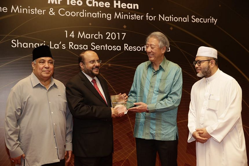 DPM Teo presenting a token of appreciation to Dr Abdulrahman Alhadlaq, Director General of the Ideological Security Directorate, Ministry of Interior, Saudi Arabia, at the Religious Rehabilitation Group's 13th Annual Retreat at the Shangri-la's Rasa