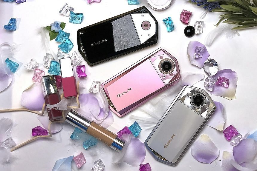 The Casio Exilim EX-TR80 looks much sleeker and more stylish than the previous generations, mainly because the rotatable frame is really thin.