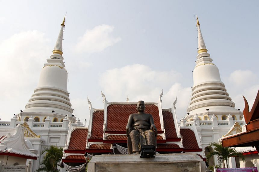 The white stupa is a combination of Khmer and Indian styles and borrows from the shapes of corn and bells.
