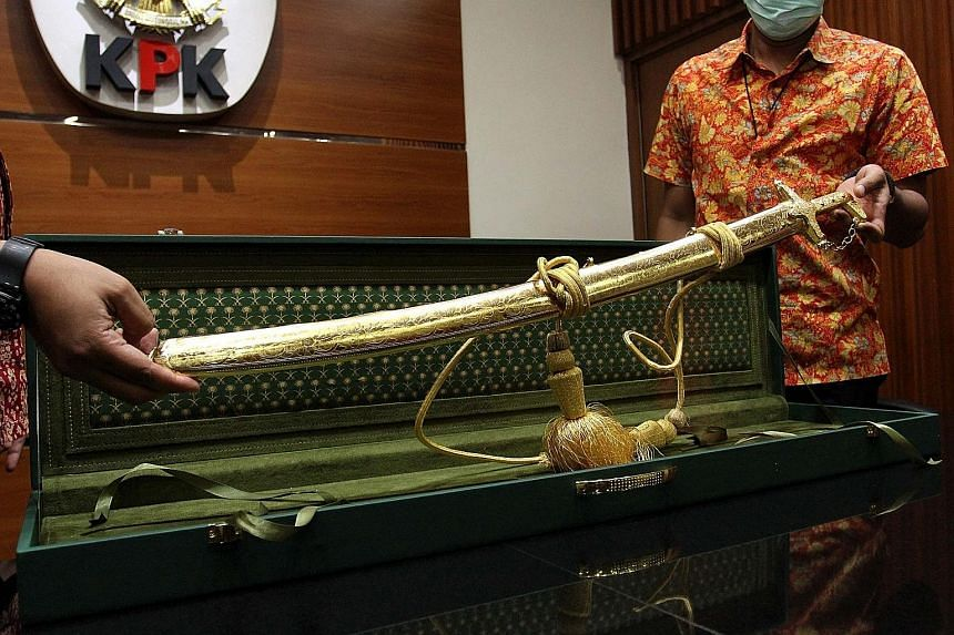 This customised Arabian sabre was presented to the National Indonesian Police as a gift ahead of the visit of Saudi King Salman Abdulaziz Al Saud earlier this month. The police declared the sabre to the Corruption Eradication Commission as part of a