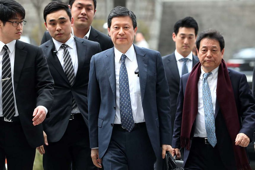 Mr Shin Dong Joo (centre), former vice-chairman of Lotte Group, arrives at the Seoul Central District Court on March 20, 2017.