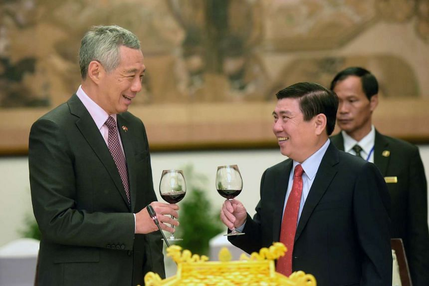 PM Lee toasts HE Nguyen Thanh Phong after he finished his speech at the Reunification Palace in HCM on March 21, 2017.