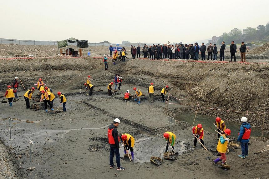 More than 10,000 gold and silver items that sank to the bottom of a river in south-west China over 300 years ago have been recovered. The items included a large amount of gold, silver and bronze coins and jewellery as well as iron weapons such as swo