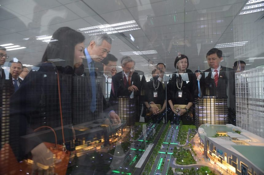 Prime Minister Lee Hsien Loong looking at a 3D model of Saigon South Place Complex.