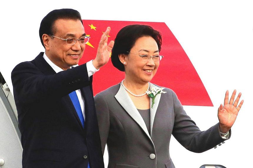 Chinese Premier Li Keqiang and his wife Cheng Hong wave as they arrive in Wellington.