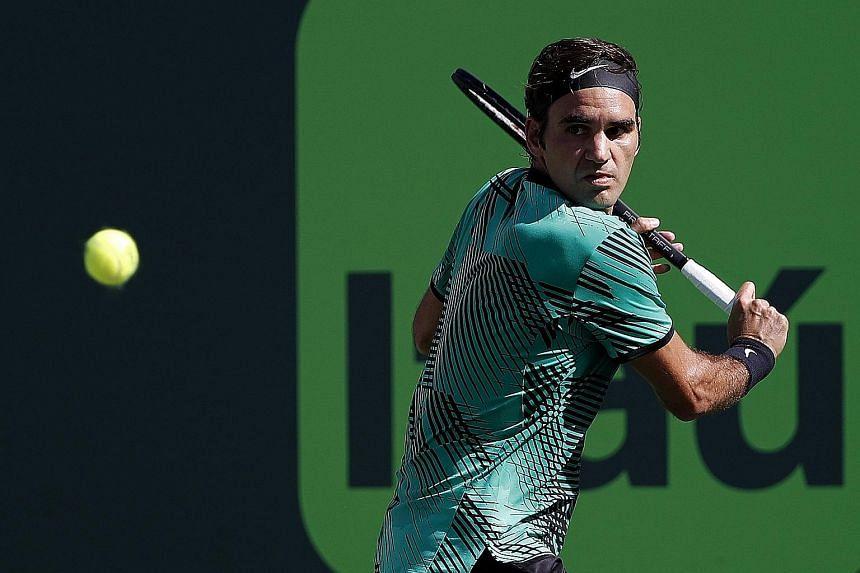Roger Federer returning against Juan Martin del Potro. The on-fire Swiss veteran comfortably swept past his opponent to advance to the fourth round of the Miami Open.