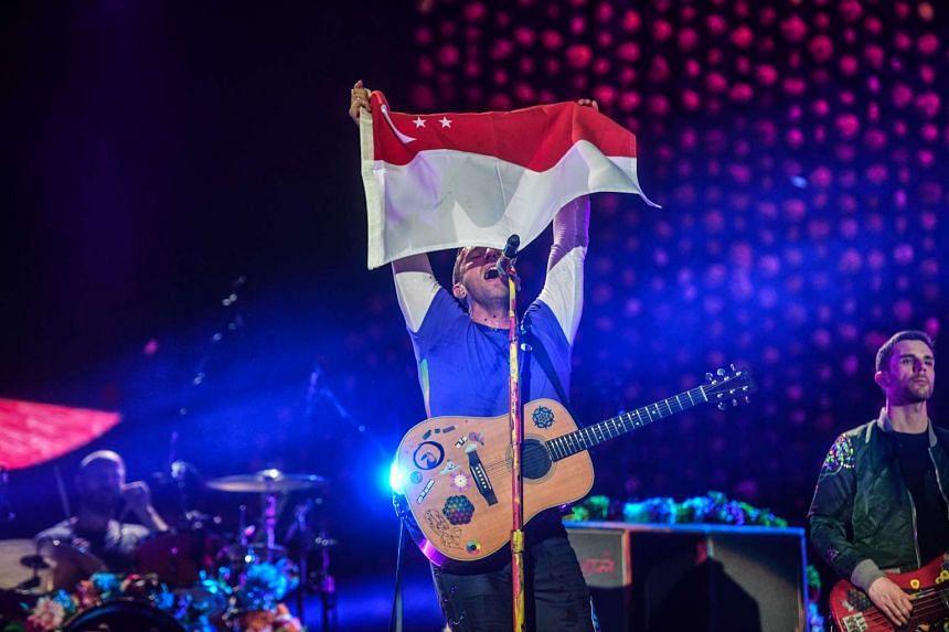 Chris Martin pays tribute to Singapore.