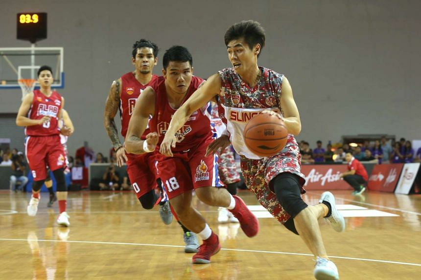 Singapore Slingers guard Desmond Oh takes control of the ball in the game against Alab Plipinas.