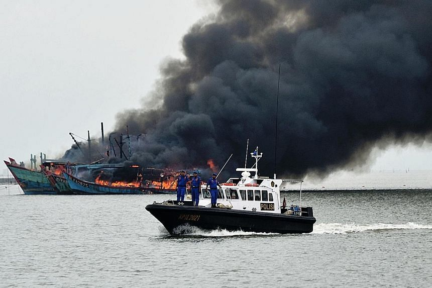 The Indonesian authorities last Saturday destroying several foreign vessels confiscated from poachers. Indonesia suffers annual losses of more than $28 billion from poaching and other illegal activities in its waters.