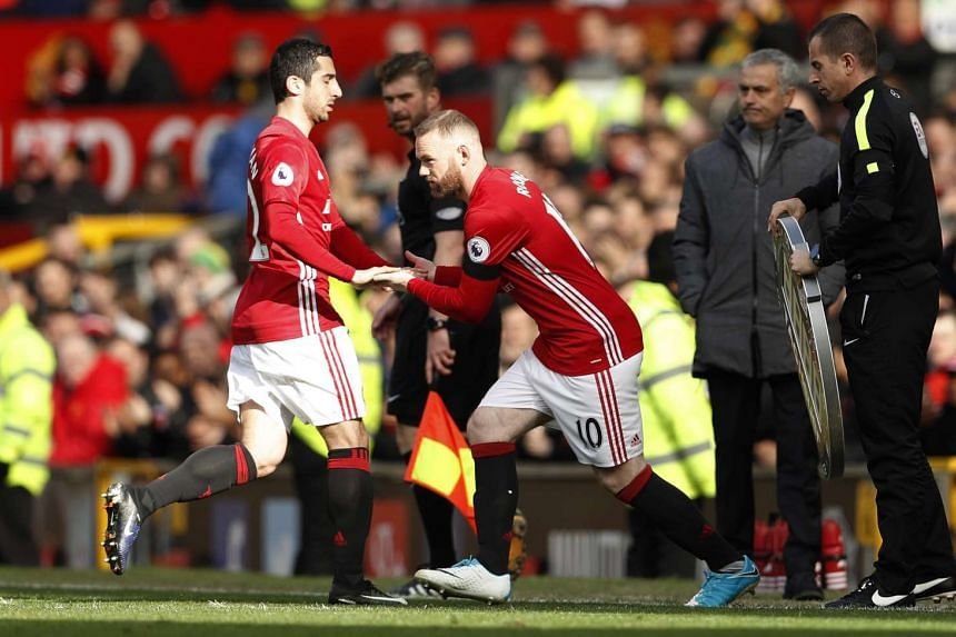 Manchester United's Wayne Rooney comes on as a substitute to replace Henrikh Mkhitaryan as Manchester United manager Jose Mourinho looks on.