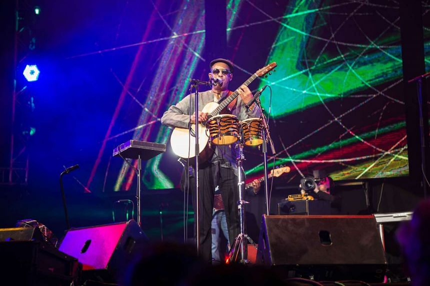 Raul Midon was a one-man band, simultaneously strumming while drumming on the bongos and mimicking a trumpet with his voice.