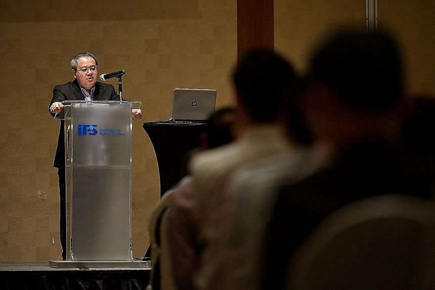 During his lecture yesterday, former civil service chief Peter Ho said government agencies and ministries must work together and share information, instead of dividing a problem and handling it in silos.