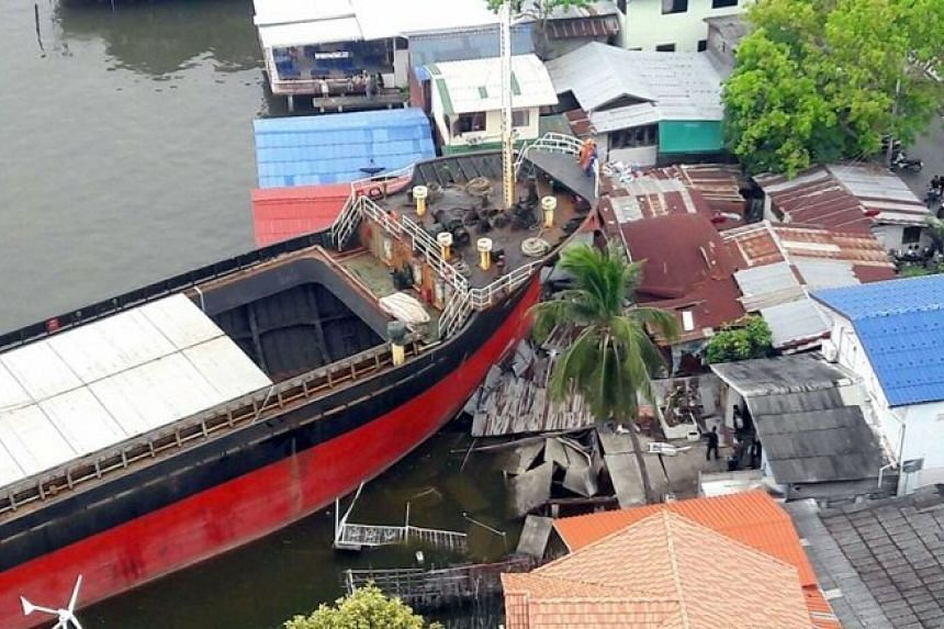 A Singapore-registered cargo ship lost control and crashed into four riverside houses in Samut Prakan on Wednesday (April 5).