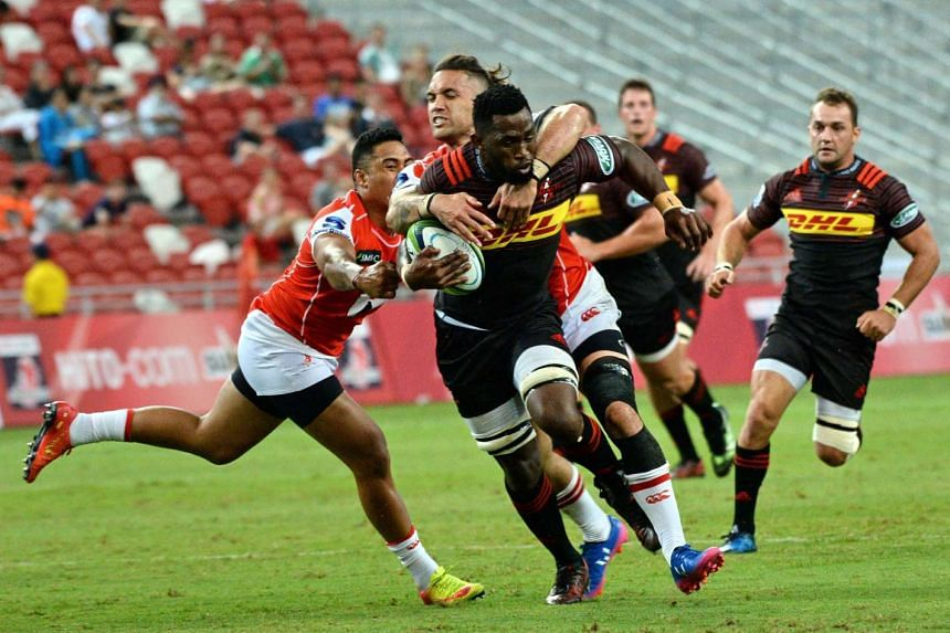 Siyamthanda Kolisi of Stormers (centre) runs with the ball during the Super Rugby match between the Sunwolves of Japan and the Stormers of South Africa in Singapore on March 25, 2017.