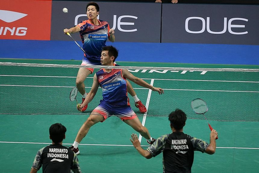 World No. 4 pairing and reigning Olympic silver medallists Malaysia's Goh V Shem (top) and Tan Wee Kiong crashing out 15-21, 15-21 to unseeded Indonesian duo Hardianto Hardianto and Berry Angriawan in the Singapore Open men's doubles quarter-finals.