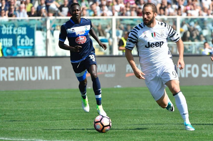 Juventus' Gonzalo Higuain (right) controls the ball during the match against Pescara.