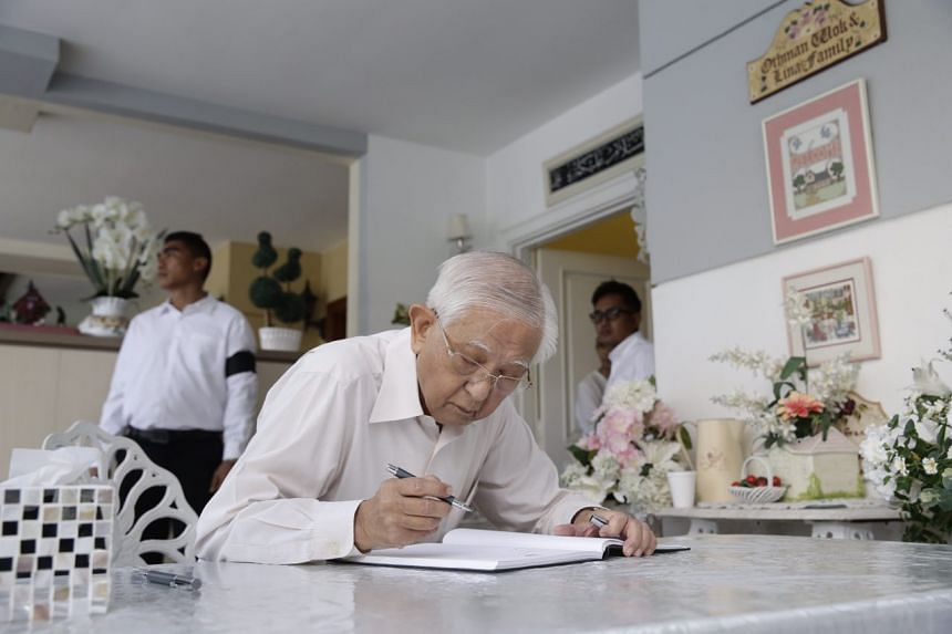 Former senior minister of state Ch'ng Jit Koon writes in the condolence book.