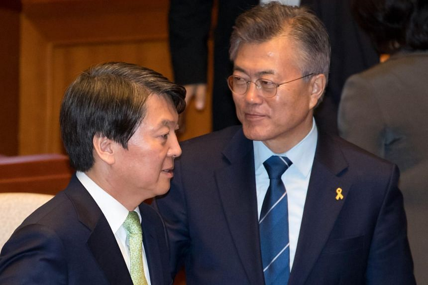 Presidential candidates Moon Jae In (right) and Ahn Cheol Soo (left) are urging US President Donald Trump to cool his position on North Korea.