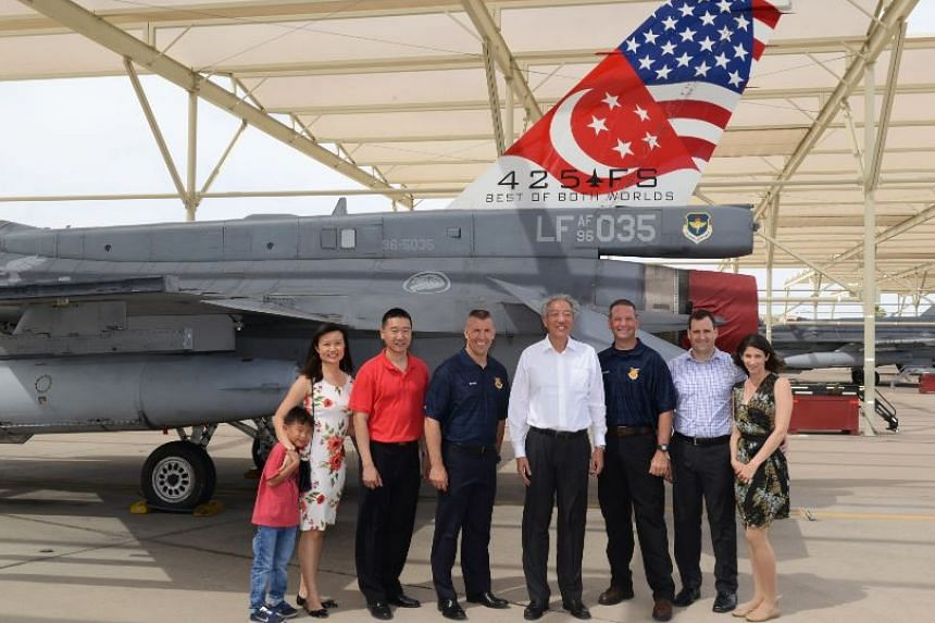 DPM Teo Chee Hean (centre, in white) with Peace Carvin II RSAF Detachment Commander Lieutenant-Colonel Kenneth Lim (in red) and family, United States Air Force 56th Fighter Wing Commander of Luke Air Force Base Brigadier General Brook Leonard (fourth