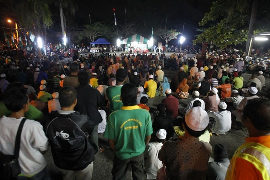 Supporters of the opposition Parti Islam Se-Malaysia (PAS) attend a rally in Kubur Panjang, Kedah, on April 21,2013.
