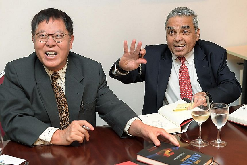 Don and diplomat Kishore Mahbubani and philosopher- chronicler Jeffery Sng at the launch of the book last month.