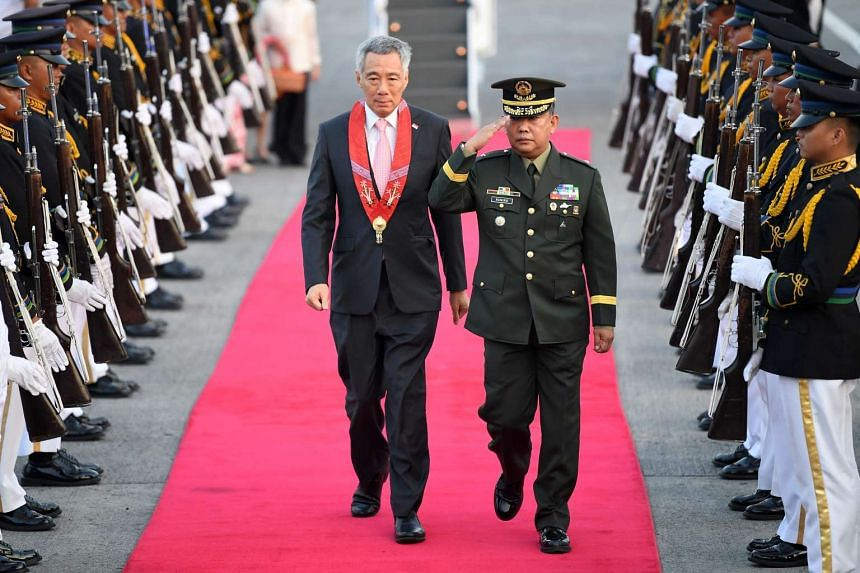 PM Lee (left) arriving for the Asean summit in Manila, on April 28, 2017.