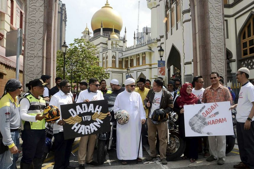 Mr Amrin Amin (centre, in tan jacket) and representatives from Malay Muslim Organisations posing in front of Sultan Mosque at the launch of the Dadah itu Haram anti-drug campaign, on April 30, 2017.