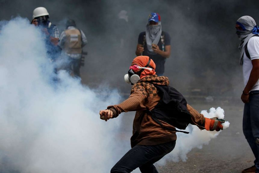 Opposition supporters clash with security forces in Caracas, May 4, 2017.