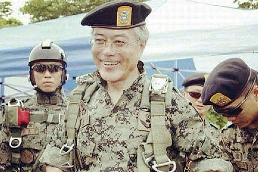 Presidential candidates Ahn Cheol Soo (left, taking aim with a rifle) and Moon Jae In (above) have visited military facilities in an apparent bid to highlight their national security credentials.