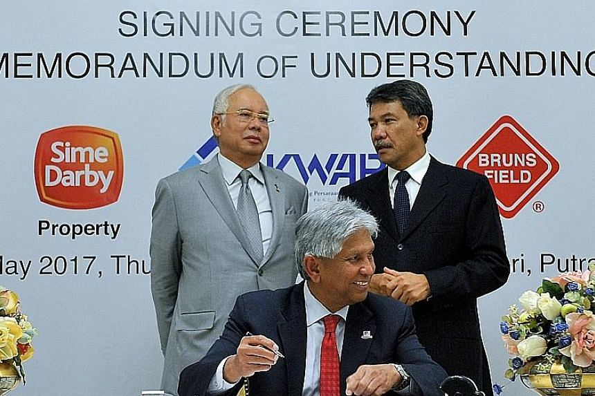 (Standing, from left) Malaysian Prime Minister Najib Razak and Negeri Sembilan Menteri Besar Mohamad Hasan at the signing ceremony to appoint master planners for the mega-project.
