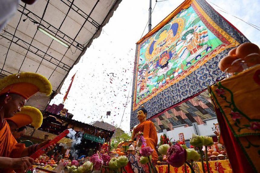 Thangka setinggi 4 lantai di altar puja bakti perayaan Vesak 2561 EB/2017 di Singapura oleh Buddhis tradisi Tibet, Rabu (10/5/2017).