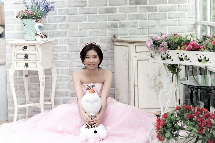 Terminally-ill Chen Bo-yu poses for her bridal photoshoot while playing the piano. The 28-year-old single Taiwanese woman was diagnosed with stage four breast cancer in 2015.