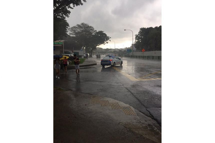 A kind taxi driver stopped his car to pass an umbrella to a pregnant mother and her toddler, while braving the rain.