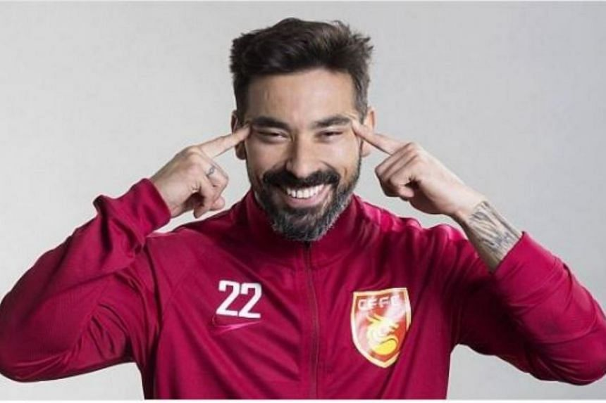 Hebei forward Ezequiel Lavezzi has apologised for a photo that depicted him making a 'squinty eyes' gesture while wearing an official team uniform.